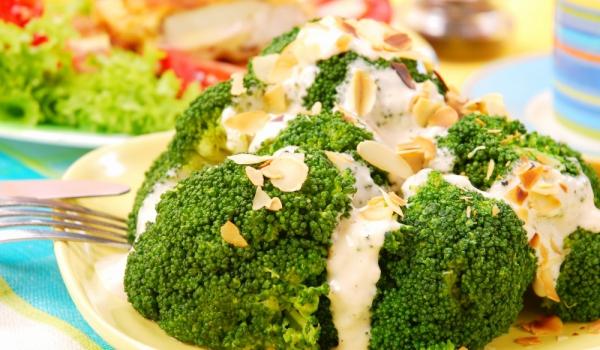 Броколи със синьо сирене и ядки