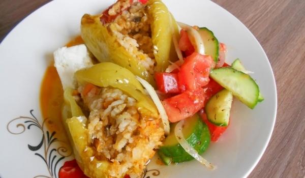 Пълнени чушки със зеленчуци и сос