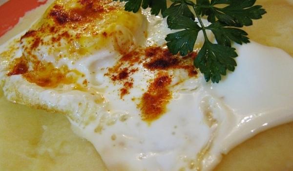 Яйца върху картофено пюре