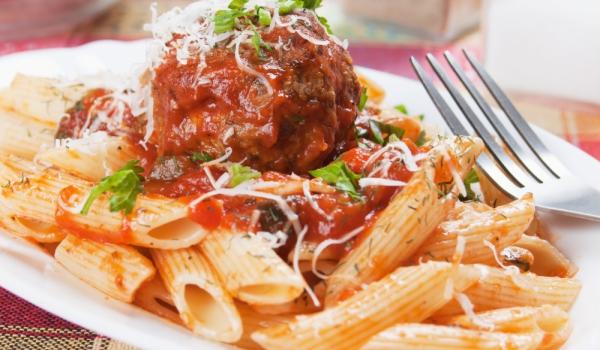 Макарони с телешки кюфтенца и доматен сос