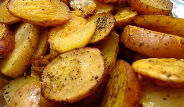 Пикантни пролетни картофчета със сос