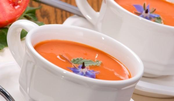 Доматена супа със сирене и лук