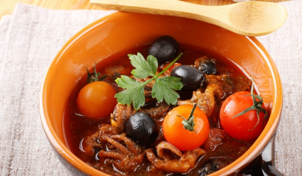 Октопод с доматен сос и маслини