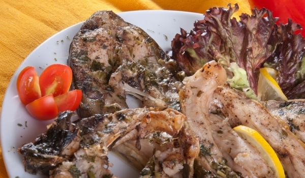 Пържена риба с чеснова каша