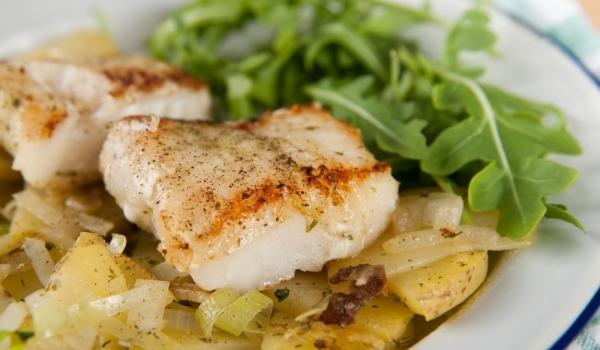 Задушена риба със зеленчук и варени картофи