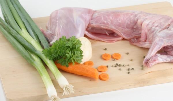 Заек с пресен лук